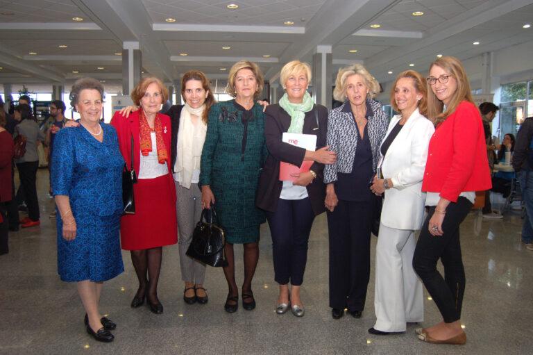 María de los Remedios Uriel y María Teresa Vidal, primera y cuarta por la izquierda, respectivamente, acompañadas de otras mujeres profesionales de las telecomunicaciones en diferentes generaciones